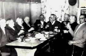 Stammtisch im Gasthaus Becker 1960 v.l.n.r. Josef van de Emden, Johann Hardt, Josef Scheid, Johann Zimmermann, Ludwig Hardt, Heinz Becker (Dentist), Karl Hardt, Johann Zimmermann (Hännes), Franz Kappes (Onkel vom Kappese Jupp)