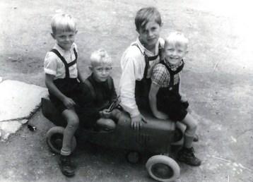 4-Sitzer 1945 v.l.n.r. Prof. Dr. Walter Kröll, Jo Reuschenbach, Ildefons Nassen, Manni Rams