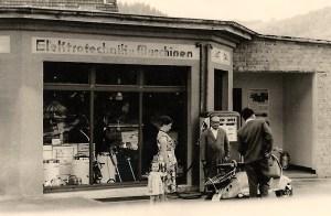 Tankstelle und Laden mit Johann Reuschenbach in der Mitte - 1950er Jahre