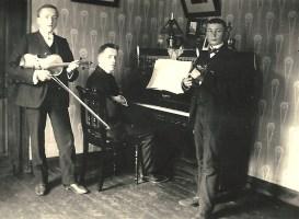 Drei Musiker - um 1914 v.l.n.r. ? Juhr, ?, Johann Reuschenbach