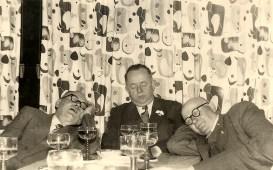 """Drei Schläfer - 1950er Jahre im Gasthaus """"Zum Schützenhof"""" v.l.n.r. Johann Reuschenbach, Karl Girnstein, Lorenz Stoffel"""