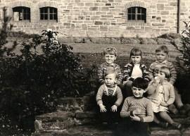 Kindergruppe um 1960 vorne v.l.n.r. Werner Wasem, Achim Kaiser, Mechthild Siebenmorgen hinten v.l.n.r. Viktor Schicker, Beate Kaiser, Hans-Dieter Reuschenbach