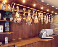 scaffalature negozi salumeria latticini barre appendi salumi