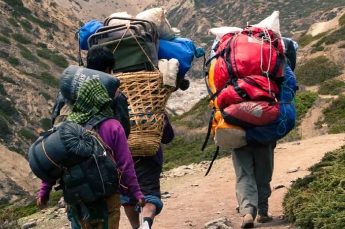 Un touriste occidental se fait embaucher comme porteur sur l'Everest !