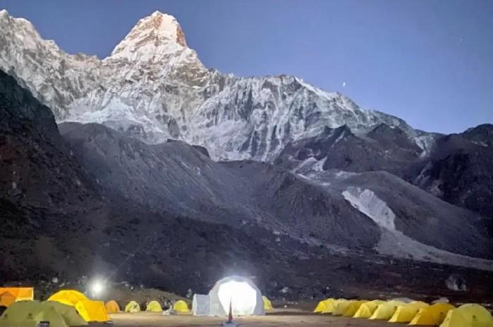 Le camp de base est installé au pied de l'Ama Dablam !