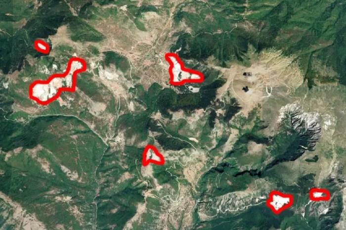 Que sont ces immenses trouées blanches dans les montagnes de Grèce ?