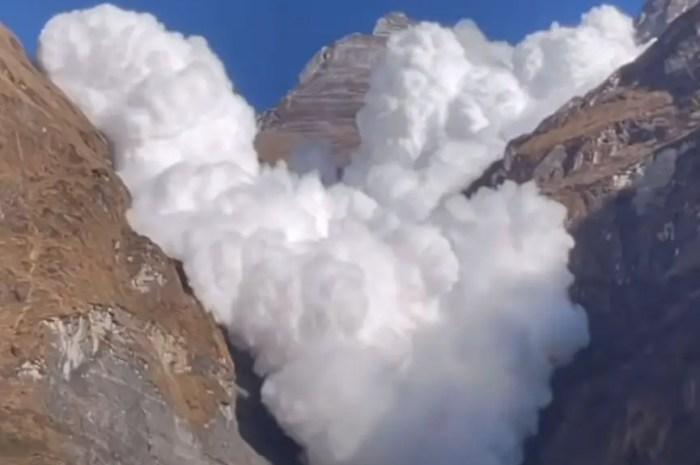 L'avalanche dévale la montagne sur plusieurs milliers de mètres !