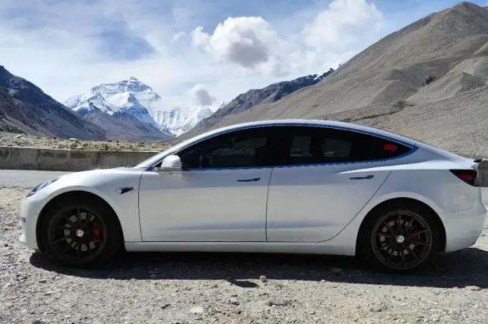 Elon Musk installe un superchargeur de Tesla au camp de base de l'Everest !