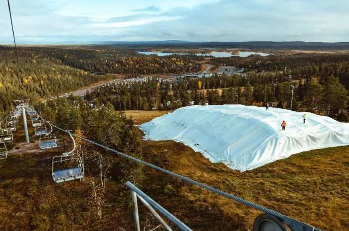 Que cachent les bâches blanches de cette station de ski ?