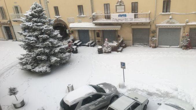 Cade la neve e cominciano i primi disagi, Gualdo Tadino imbiancata