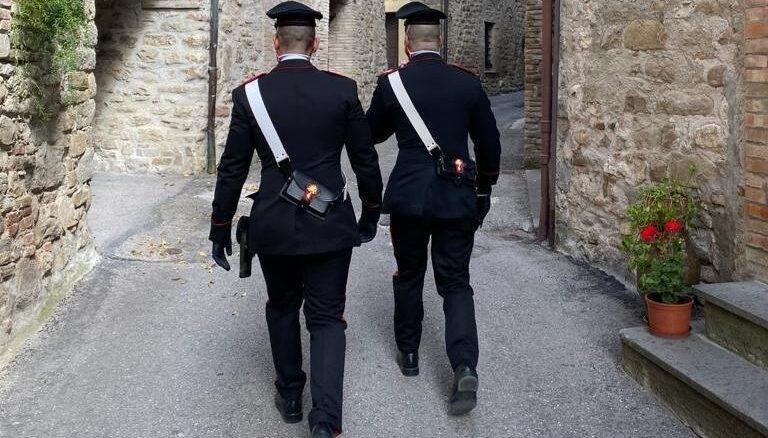 Valfabbrica: tenta di colpire con un pugno un Carabiniere, arrestato
