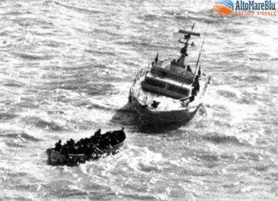 CP 233 GC mentre rimorchia la scialuppa con i naufraghi della London Valour