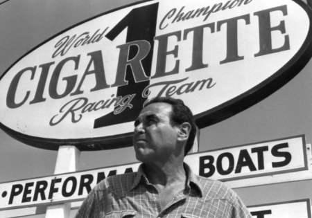 Don Aronow con l'insegna Cigarette sullo sfondo davanti al suo cantiere nella Thunderboat Row NE188th Street a Miami, un'immagine compendio del mito dell'offshore Made in USA