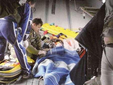 Un naufrago in difficoltà soccorso dagli ufficiali Medici della Marina Militare Italiana