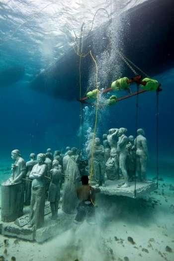 Suggestive immagine delle creazioni dello scultore inglese immersa nelle acque di Cancun, in Messico.