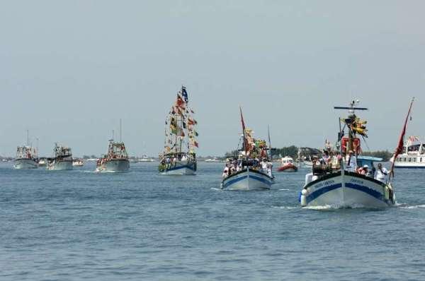 Grado Pardon: i pescherecci navigano in processionei