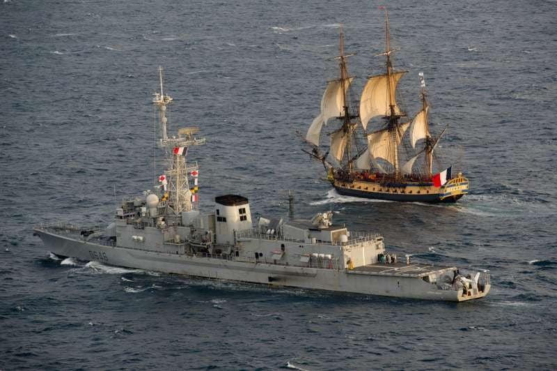 la frégate Hermione au départ de son voyage inaugural vers les états unis est accompagnée par la frégate de lutte anti sous marine Latouche-treville.