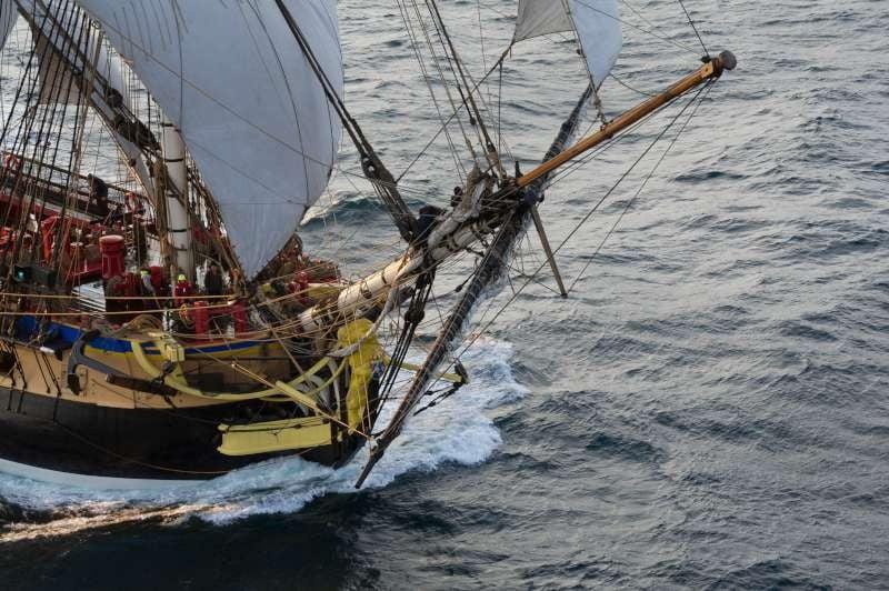 la frégate Hermione navigue au large de l'ile d'Yeux, le jour de son départ vers les états- unis.