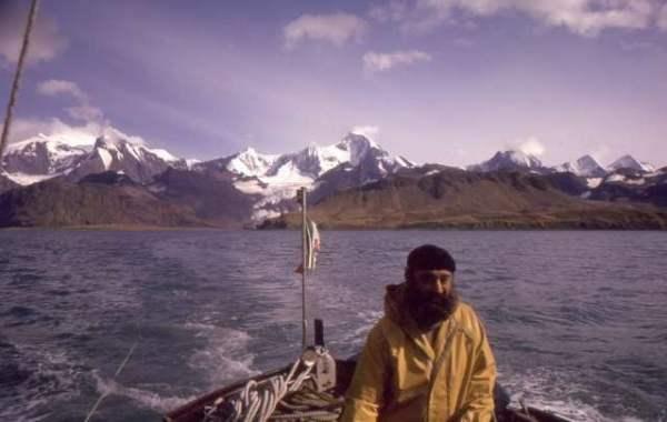 Giovanni Ajmone Cat al timone del San Giuseppe Due in navigazione nella Georgia Australe.