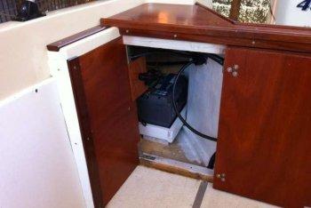 Sonny 318 - Modifica poppa con vista spazio armadietto per alloggio batteria