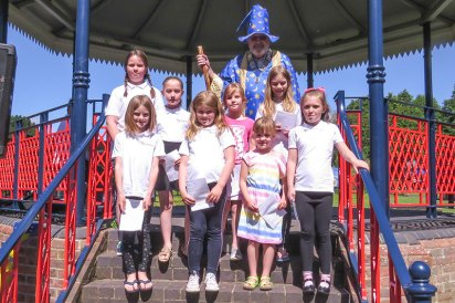 Holybourne-Theatre-Choir-with-Merlin-at-the-Bandstand