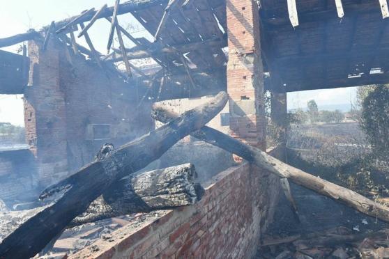 Un annesso distrutto dal fuoco (foto...