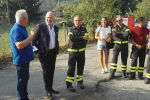 Il presidente Bonaccini incontra volontari protezione civile e vigili del fuoco a Lama Mocogno (agosto 2017)