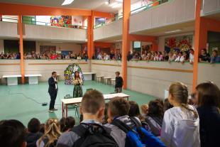 L'assessore Cecchetti durante la visita al polo scolastico di Camigliano