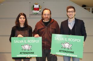 L'assessore Francesconi assieme al biologo Scoccianti e a una volontaria