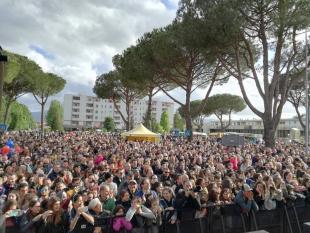 Folla in piazza Aldo Moro (foto d'archivio)