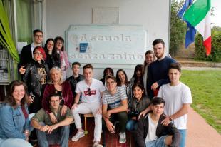 L'assessore Francesconi, ex studenti a insegnanti davanti alla targa