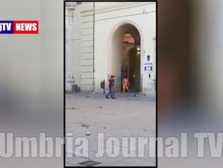 Nudo aggredisce due poliziotti in piazza Matteotti a Castello