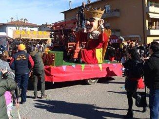 La sfilata di re Dodone e Carnevale in piazza a Città di Castello