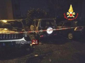 Incendio nella notte, auto va a fuoco ma le fiamme ne danneggiano altre 2