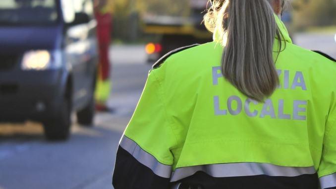 Onestà, trova un braccialetto per strada e lo consegna alla Polizia locale