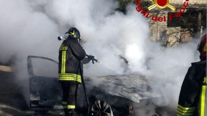 In Alto Tevere, auto divorata da un incendio a Badia Petroia di Castello