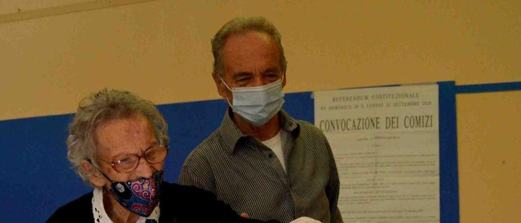 Neanche il Covid ferma nonna Lisa Zappitelli, al seggio per votare al referendum