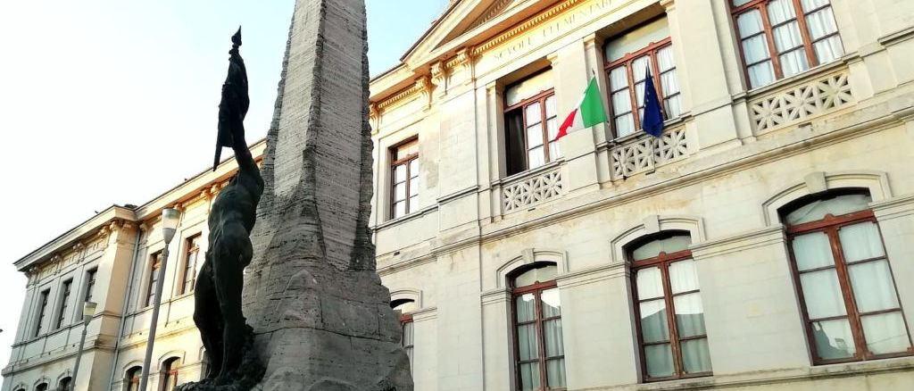 """Giornata delle malattie rare, la scuola """"Giuseppe Garibaldi"""" si illumina di bianco"""