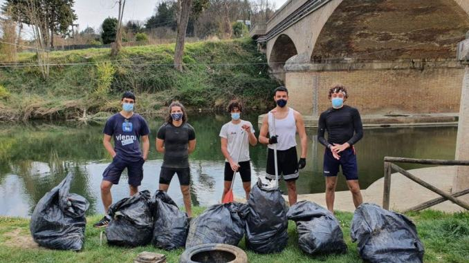 Giovani canoa club Città di Castelli puliscono sponde del Tevere