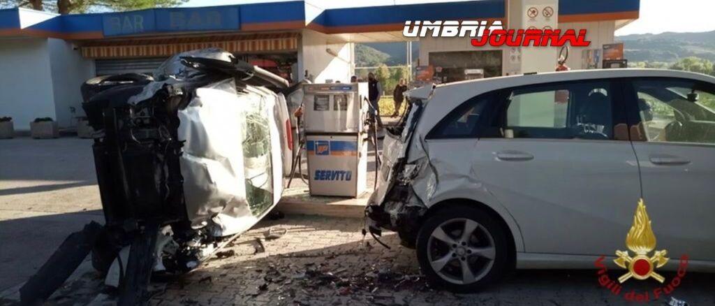Rocambolesco incidente a Pierantonio, due auto e un Tir in un distributore 🔴 Foto