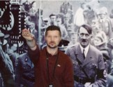 Ein Neonazi aus Varese posiert vor einem Adolf Hitler-Poster.
