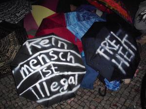 Regenschirme mit politischer Botschaft (Foto: Dirk Stegemann)