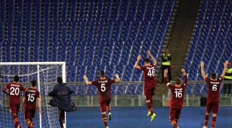 Spieler des AS Roma fiern vor leerer Kurve