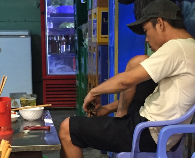 vietnamese-cut-their-toenails-everywhere, including in restaurants