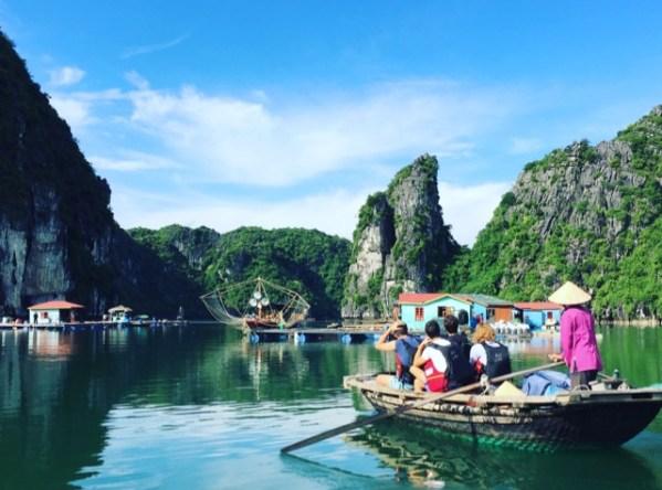 Halong-Bay-boat-trip-sunny-day