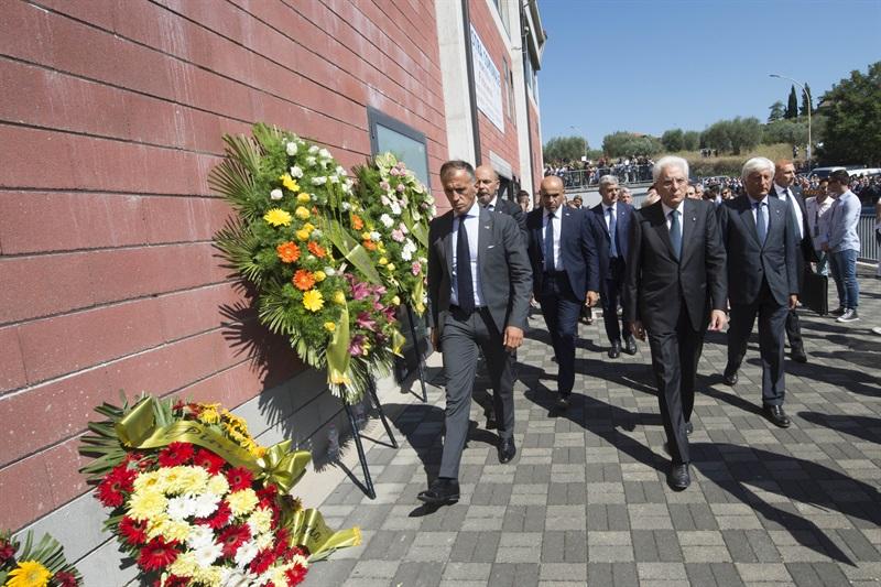 Solo lacrime ai funerali solenni delle vittime di Arquata del Tronto