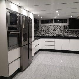 مطبخ عصري بنكهة أوروبية روعة التصميم وتناسق الألوان