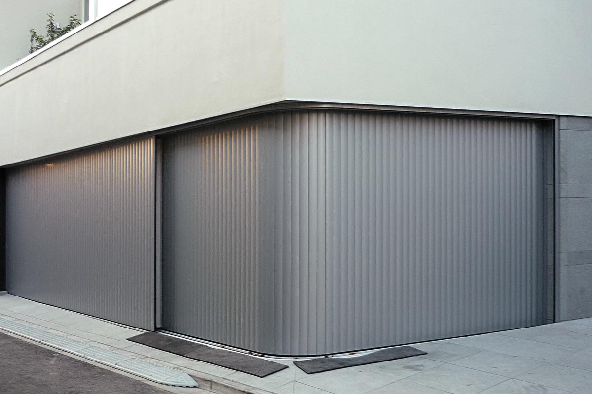 The adaptable aluminium garage door the Vertico lateral