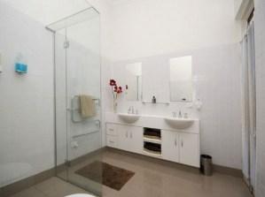 desain kamar mandi minimalis ukuran 2x2 4