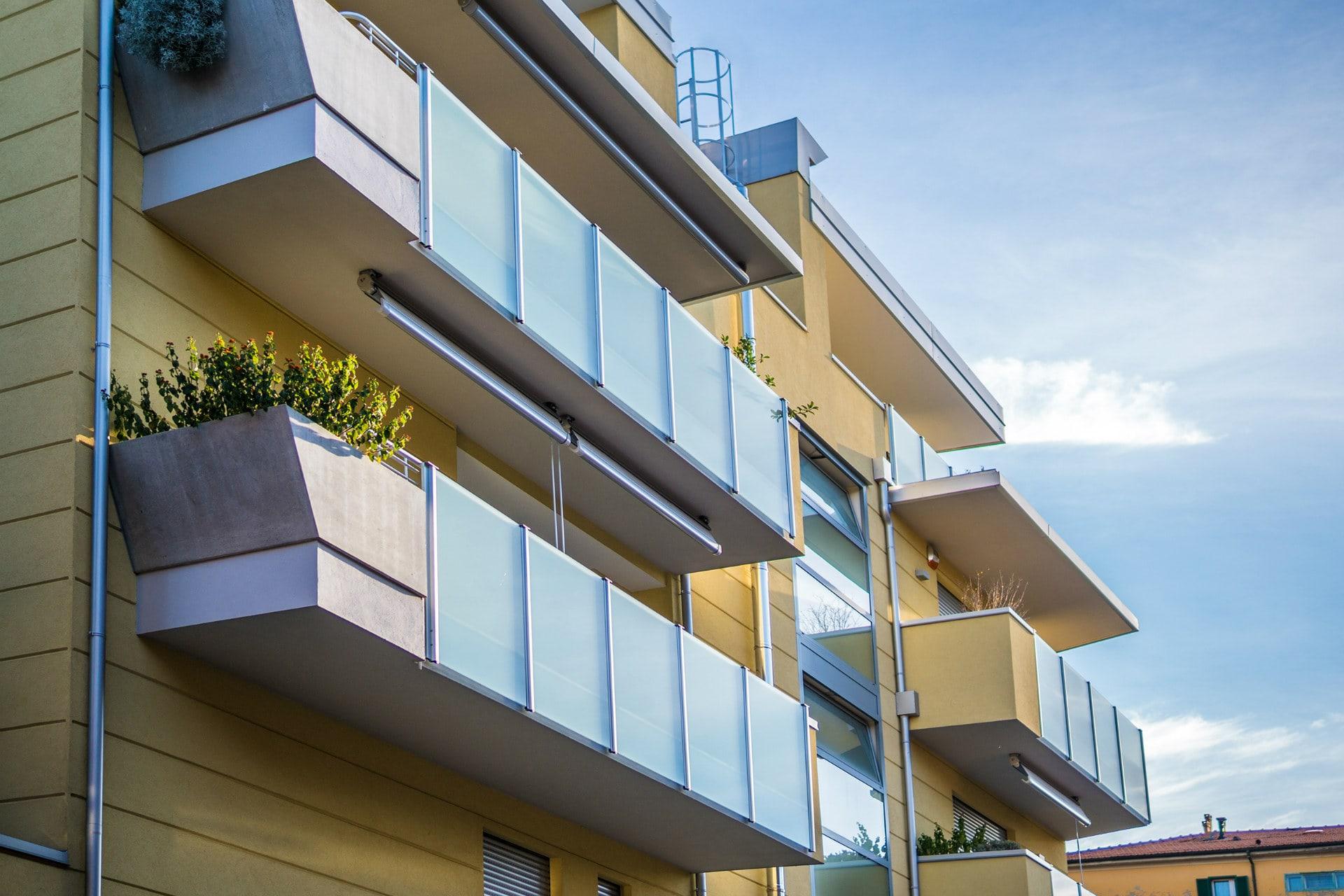Mrinox è lo specialista del settore nel design e nella realizzazione di ringhiere acciaio di ogni tipo, inclusa la produzione di parapetti in acciaio come soluzione alle diverse esigenze architettoniche. Ringhiere Moderne Parapetti E Balaustre In Alluminio